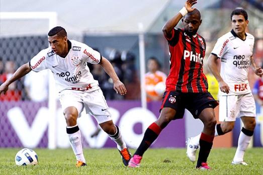 Elenco Corinthiano tentou, mas, não conseguiu furar o bloqueio paranaense, jogo truncado.